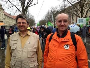 Mehrere Landtagskandidaten der Piraten in Brandenburg nahmen an der Energiewende-Demo am 22. März 2014 in Potsdam teil. Hier Thomas Langen (links) und Lutz Bommel (rechts)